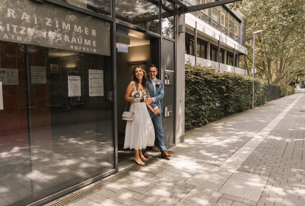 Brautpaar verlässt das Standesamt in Hofheim.