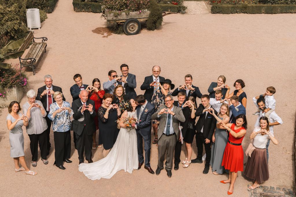 Gruppenbild der Hochzeitsgesellschaft.