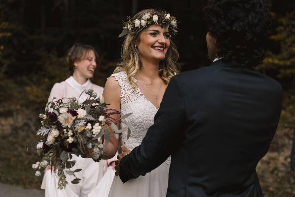 Braut sieht ihren Bräutigam zum ersten mal First Look