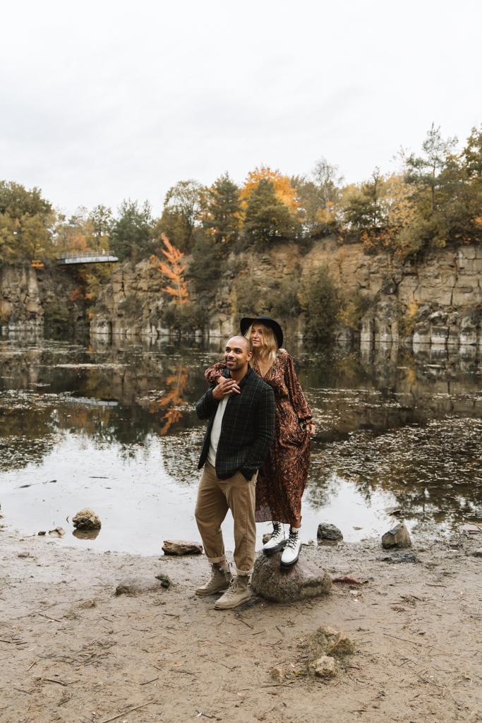 Liebes Paar steht beim Paarshooting an einem See.