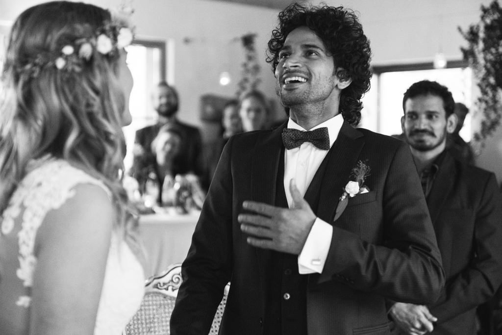 Bräutigam hält voller Emotionen sein Ehegelöbnis.