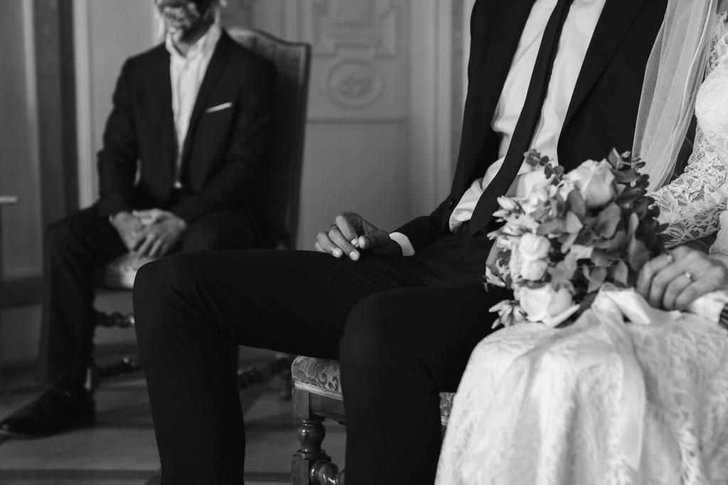 Bräutigam hält den Ehering vor der Ringübergabe im Standesamt in der Hand.