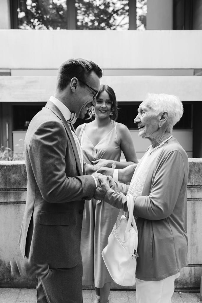 Bräutigam begrüßt seine Oma vor der Standesamt in Hofheim im Taunus.