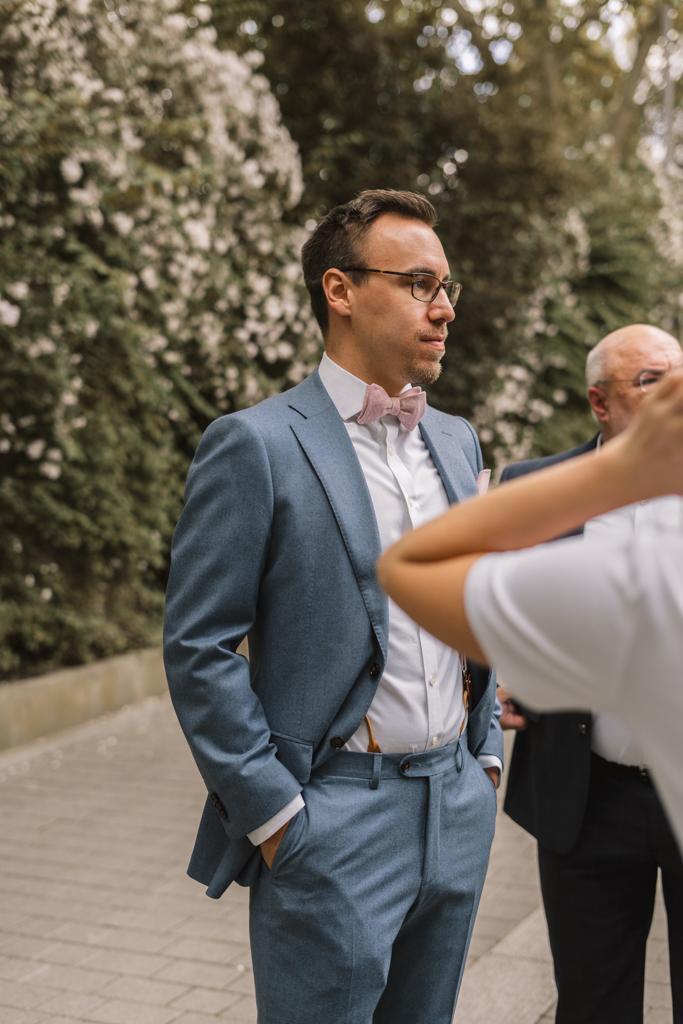 Bräutigam wartet mit seinen Gästen vor dem Standesamt.