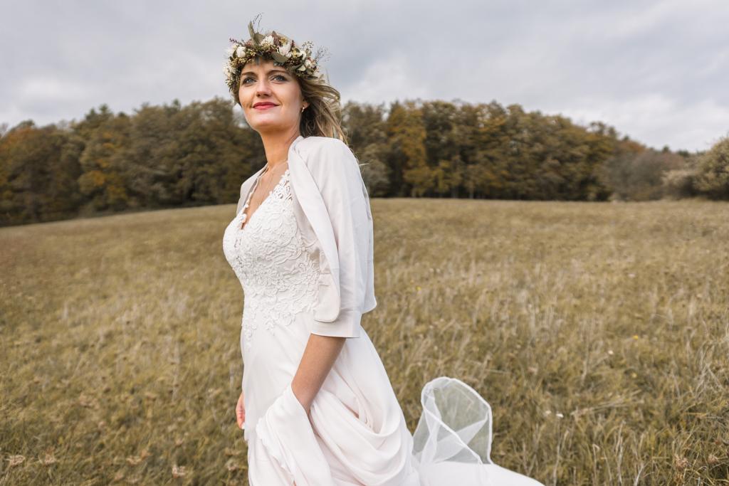 Hochzeitsfotos rund um Aschaffenburg mit einer Braut auf einer grünen Wiese.