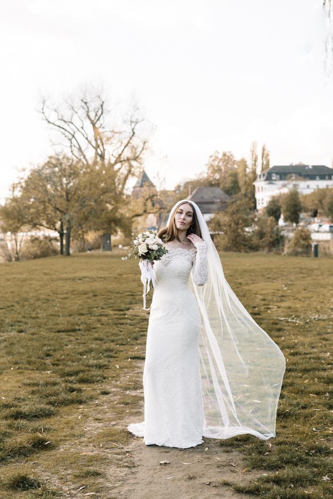 Brautshooting auf einer grünen Wiese in Frankfurt am Main.