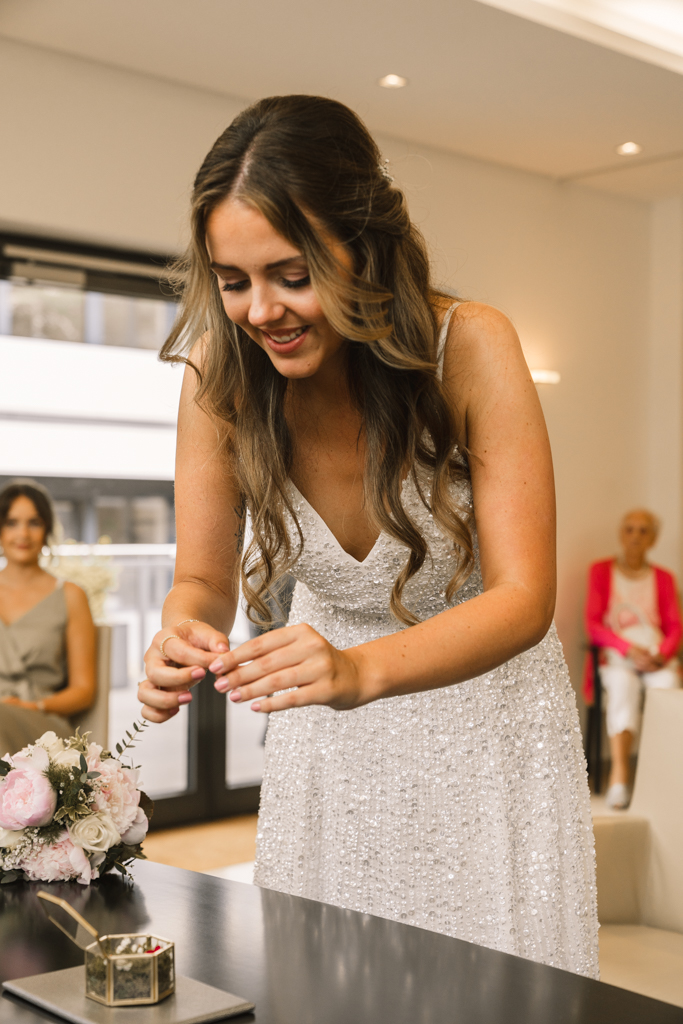 Braut nimmt den Ehering aus der Ringschachtel.