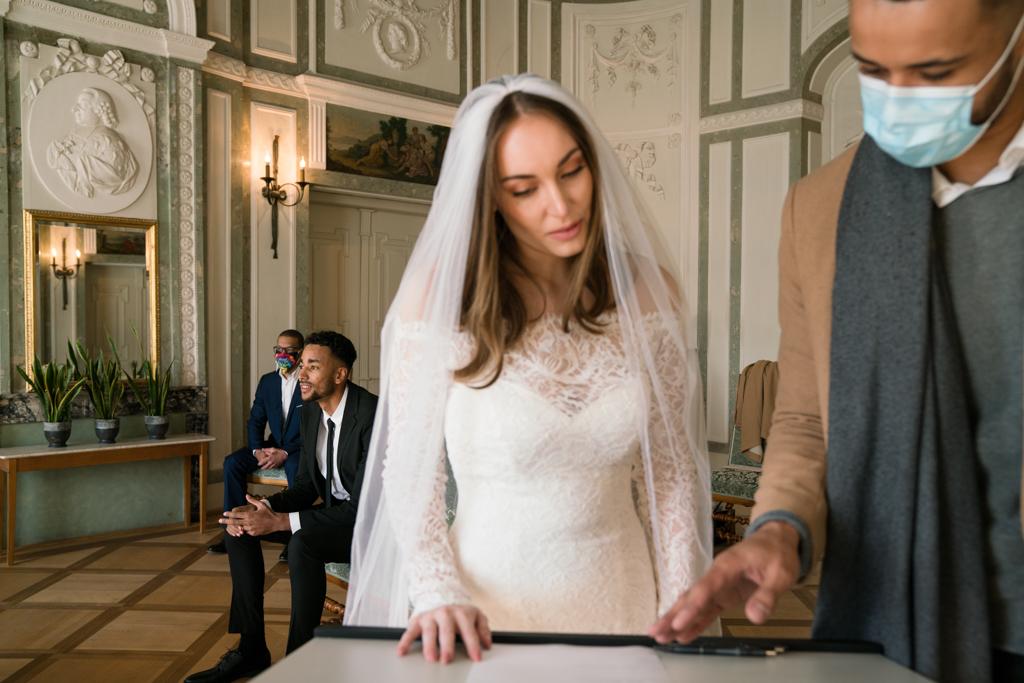 Braut im Standesamt Höchst vor ihrer Unterschrift.