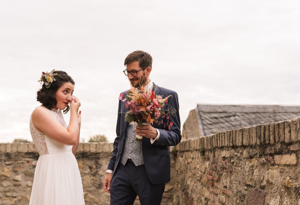 Braut weint beim ersten Wiedersehen mit ihrem Bräzutigam.