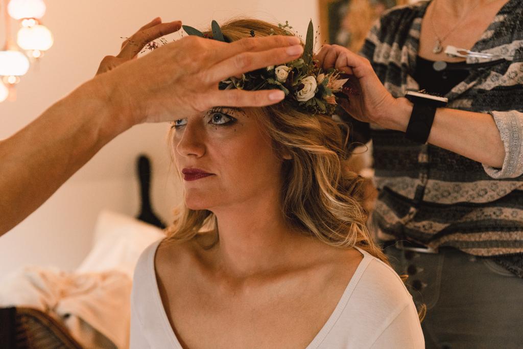 Braut bekommt ihren Haarkranz aufgesetzt.