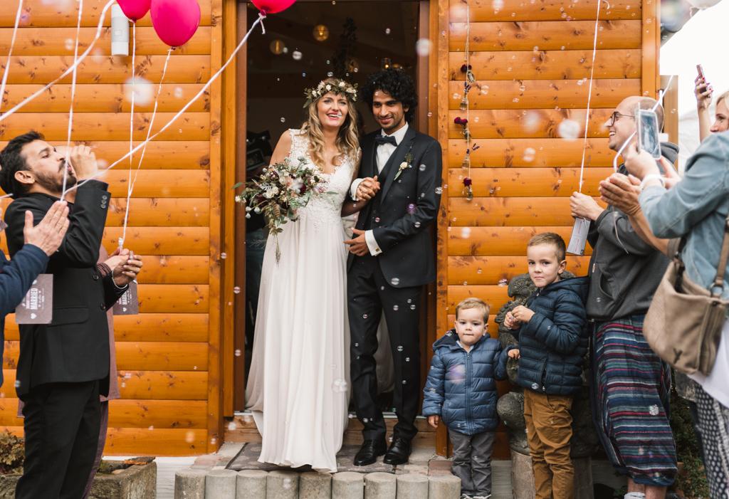 Brautpaar wird der Hochzeitsgesellschaft bejubelt.