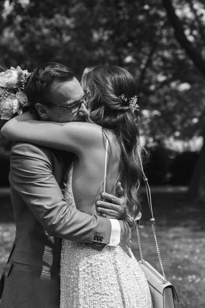 Brautpaar sieht sich zum ersten Mal am Tag der Hochzeit und umarmt sich.