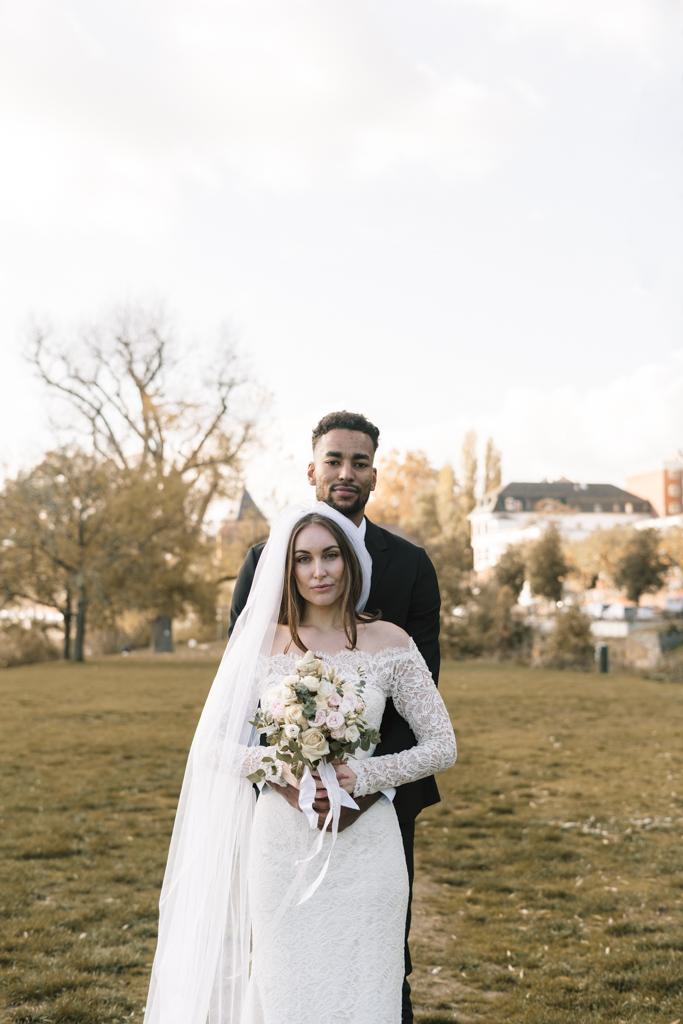 Traumpaar in Hochzeitskleidung während des Shooting im Park.