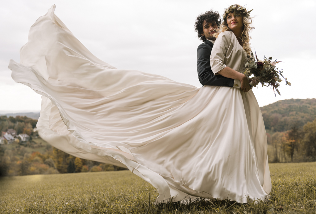 Hochzeitsfotos von einem Brautpaar auf einer Wiese in Aschaffenburg.