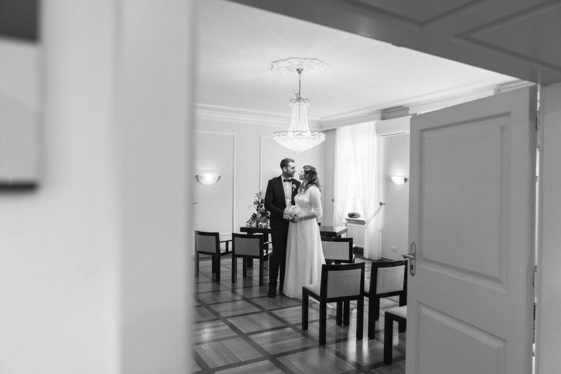 Brautpaar küsst sich im Standesamt Bad Homburg