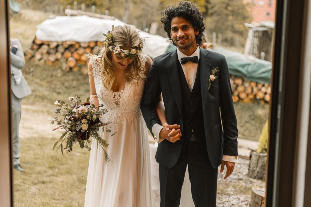 Brautpaar betritt den Trauraum.
