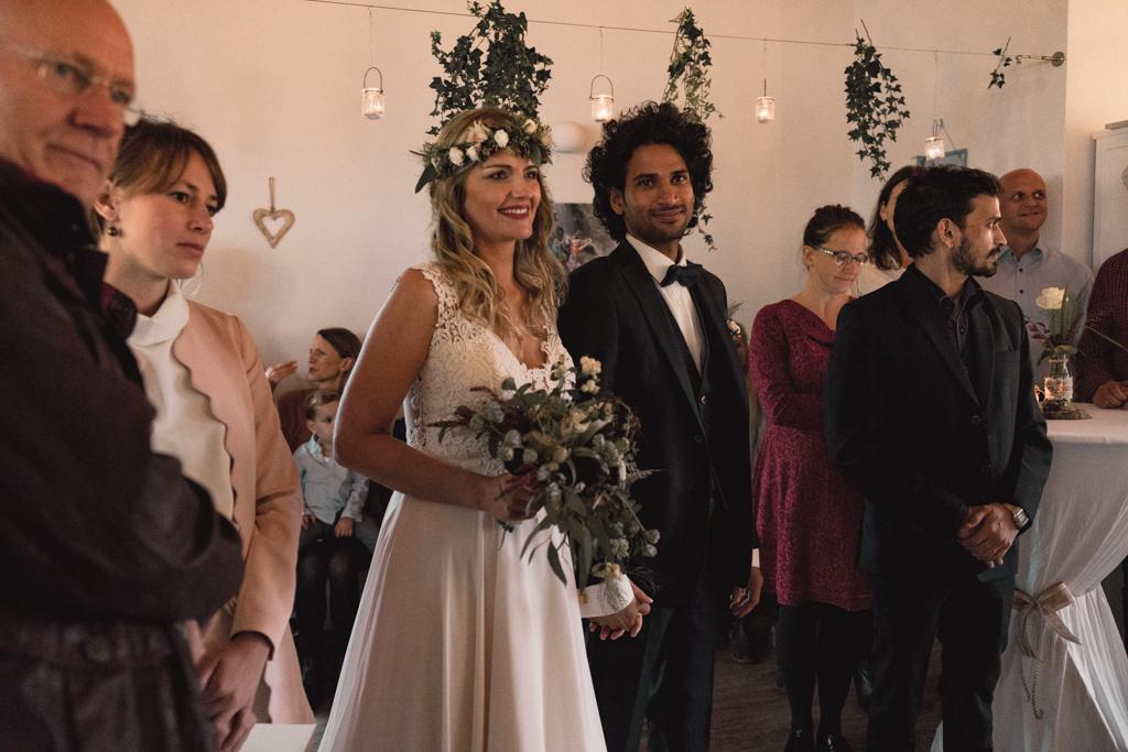 Brautpaar auf dem Weg zum Altar.