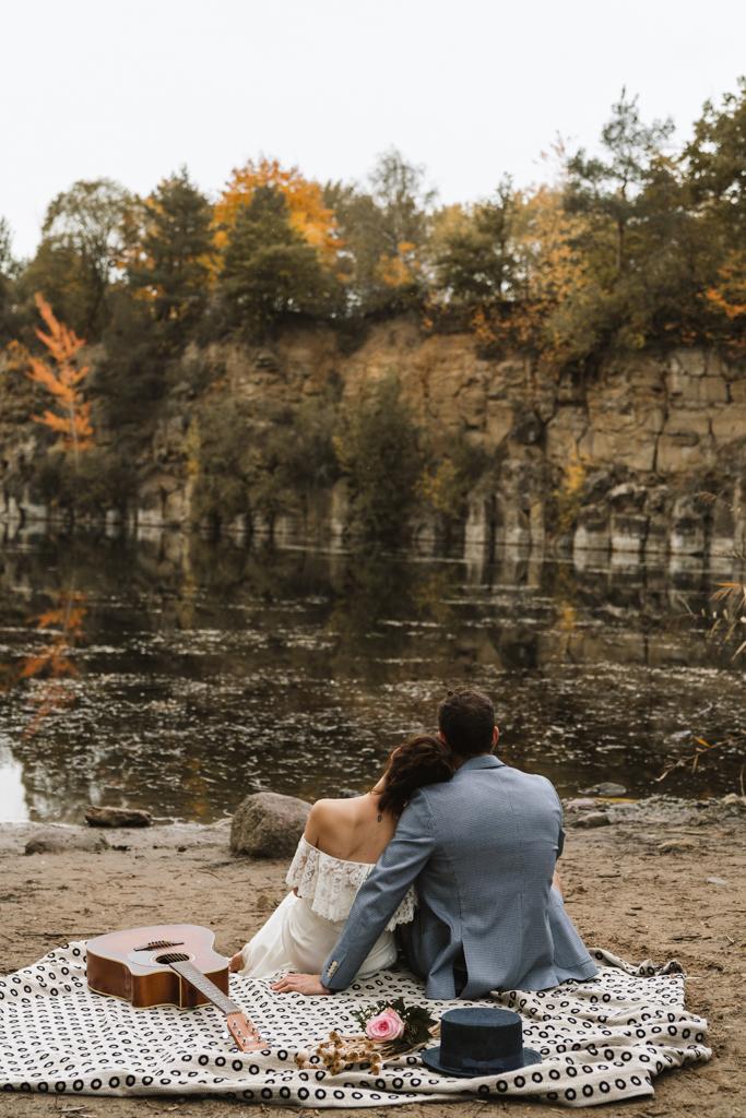 Schöne Brautpaarbilder an einem herbstlichen See in Mülheim am Main.