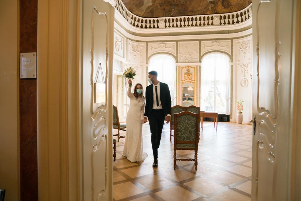 Brautpaar mit Maske jubelt nach der Trauung im Standesamt Höchst.