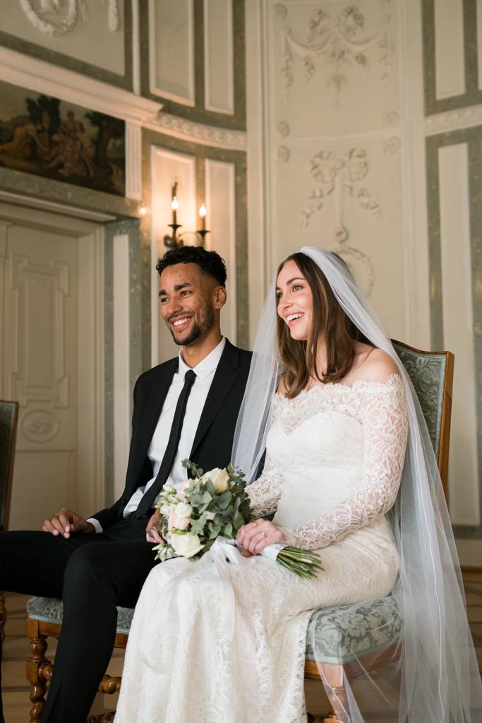Braut und Bräutigam lachen während der Trauung im Standesamt Höchst.