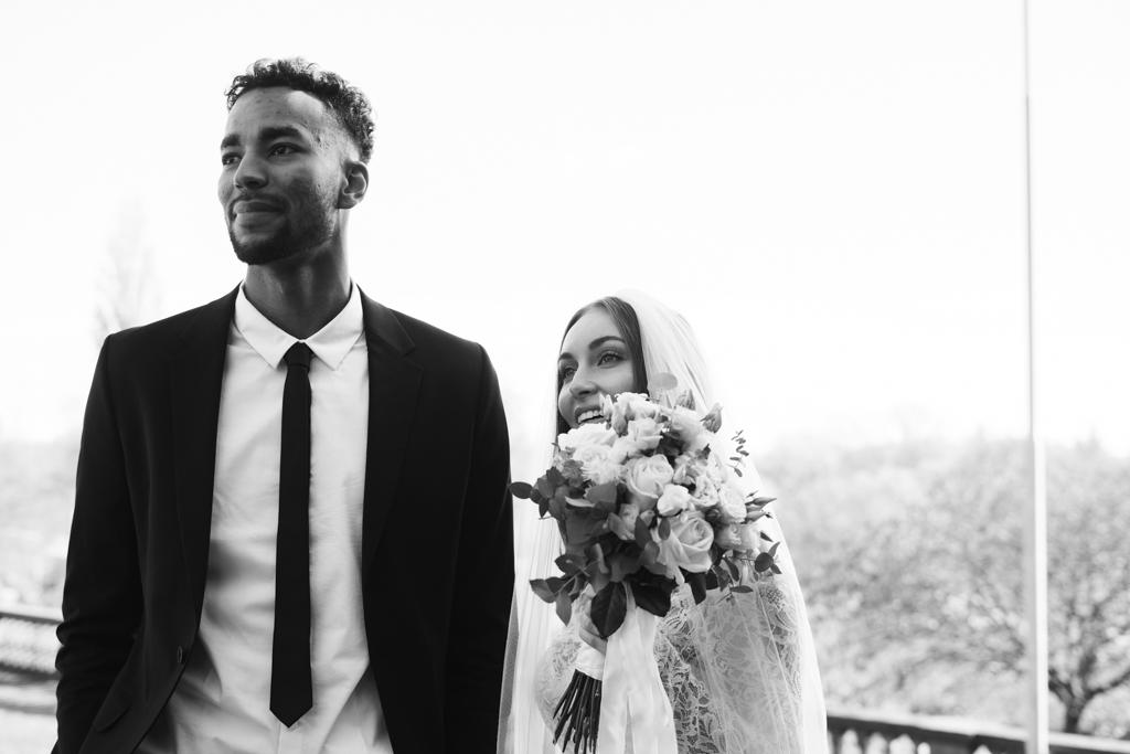 Schwarz weiß Aufnahme von einem Brautpaar vor dem Standesamt in Frankfurt Höchst.