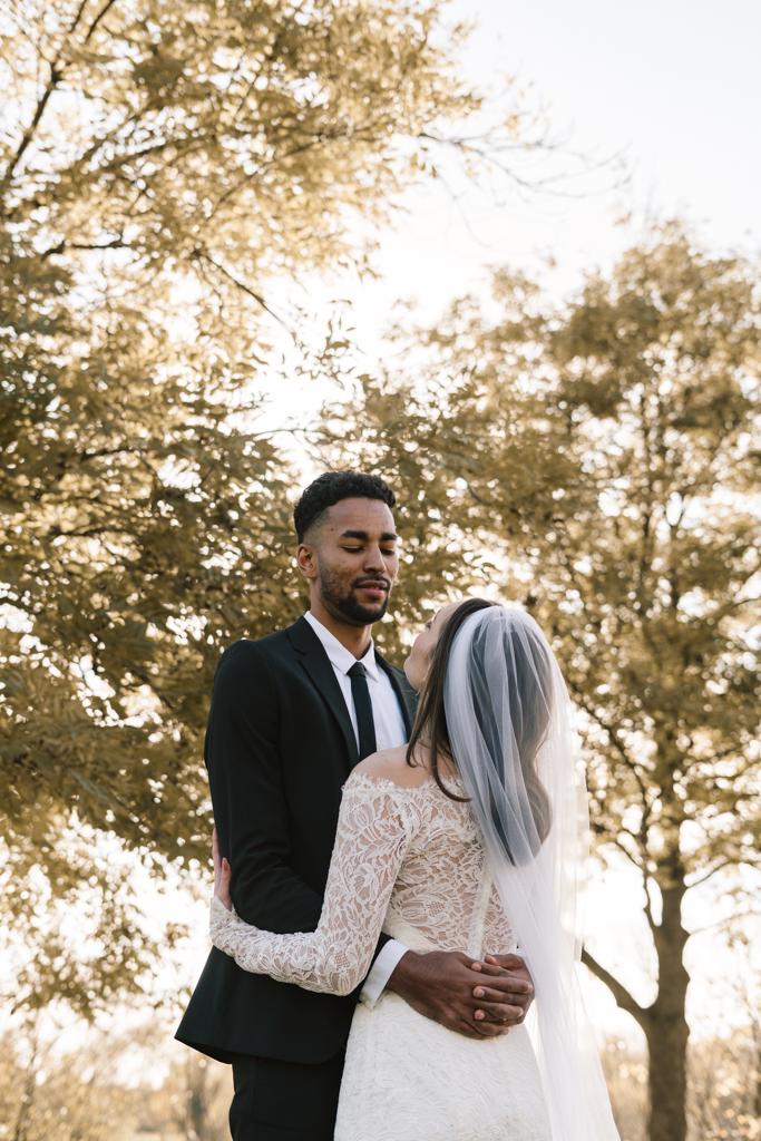 Bräutigam schaut verliebt runter zu seiner Braut