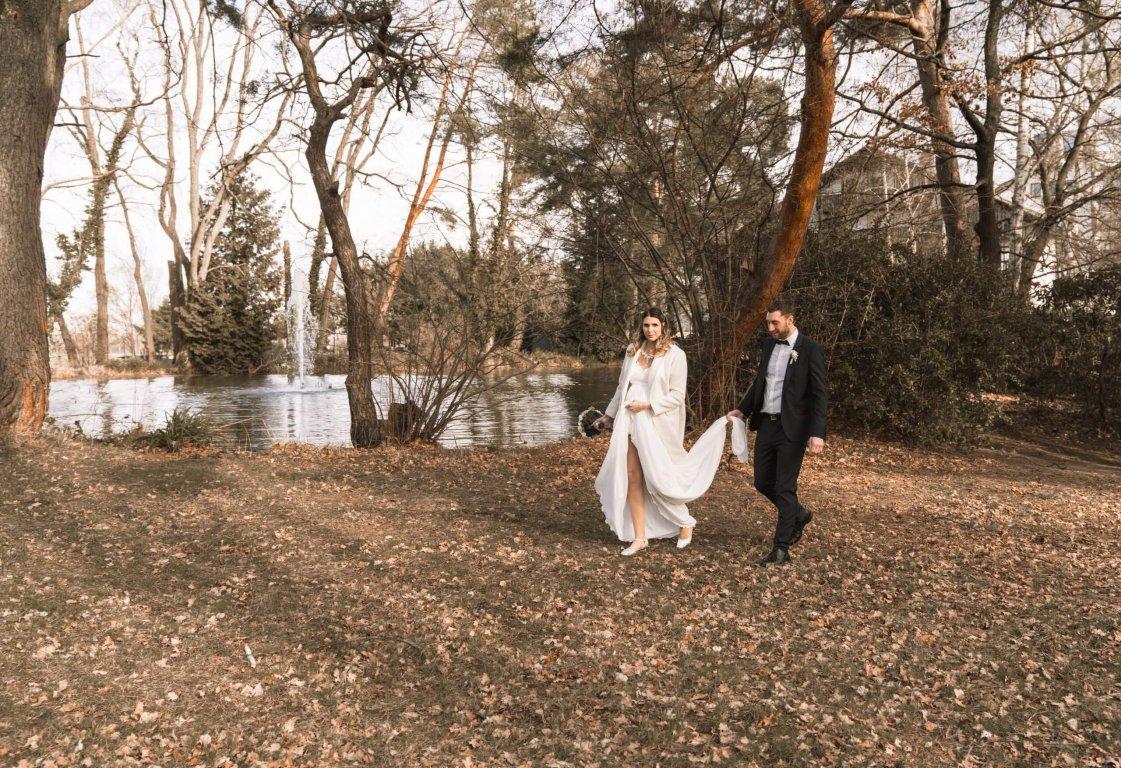 Winterhochzeit Brautpaar läuft am See im Parkhotel Rödermark