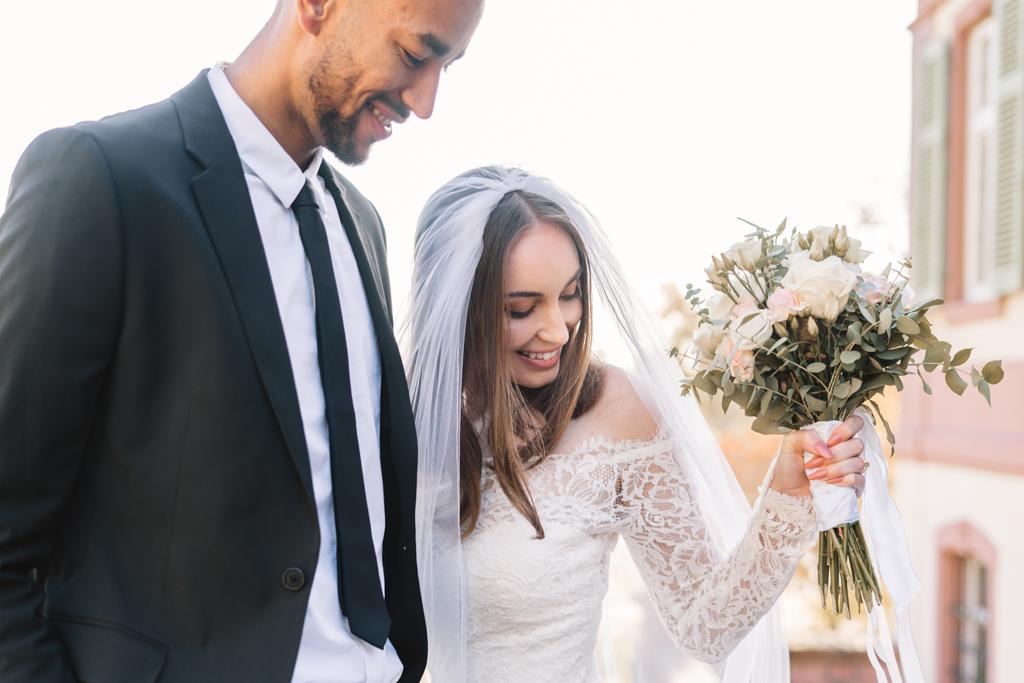 braut freut sich über ihren Brautstrauß.
