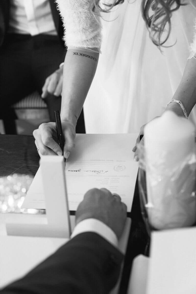 Braut unterschreibt im Standesamt mit neuem Namen