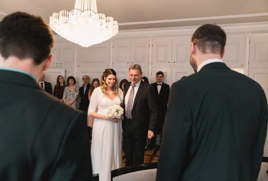 Brautvater überreicht seine Tochter an den Schwiegersohn