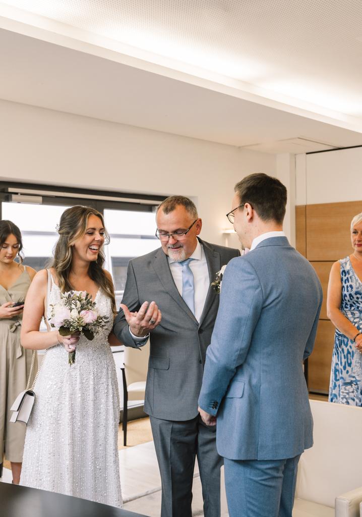 Brautvater übergibt seine Tochter im Standesamt an den Bräutigam.