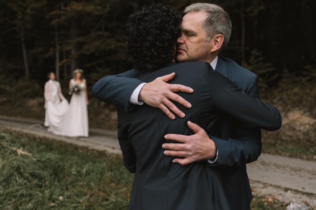 Brautvater umarmt den Bräutigam.