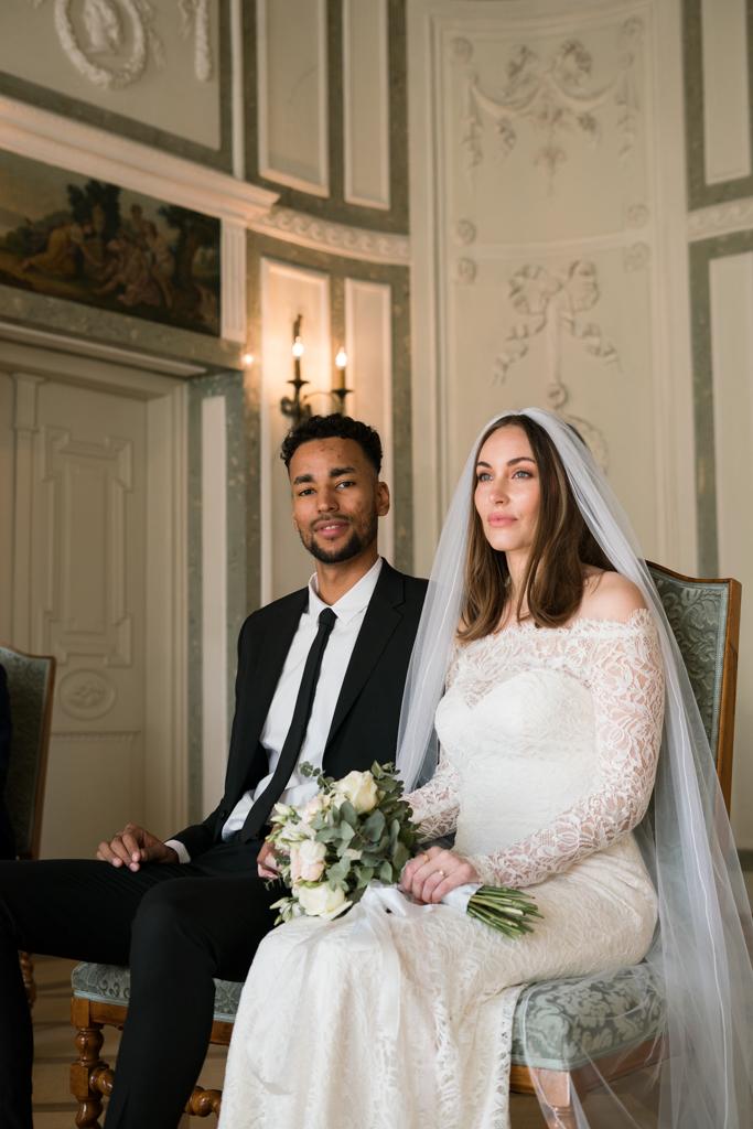 Brautpaar sitzt während der standesamtlichen Trauung in Bologaropalast.