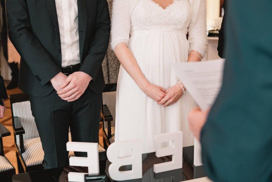 Brautpaar steht während dem Ehegelöbnis auf.