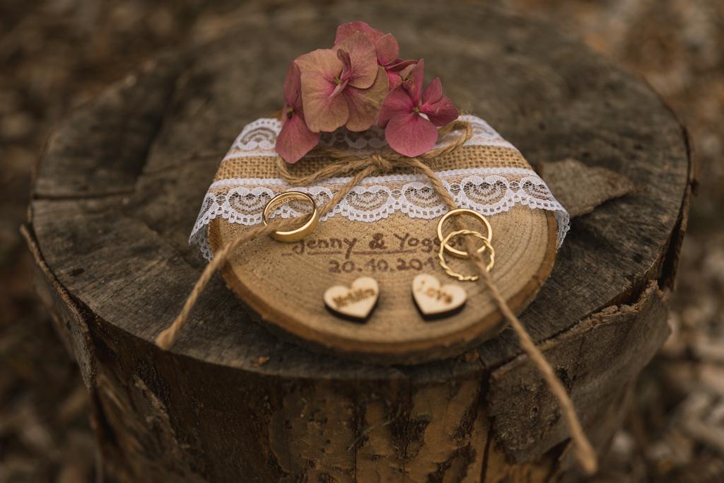 Hochzeit Ehering auf Holz.