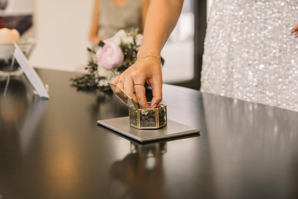 Braut nimmt den Ring aus retro Schachtel.
