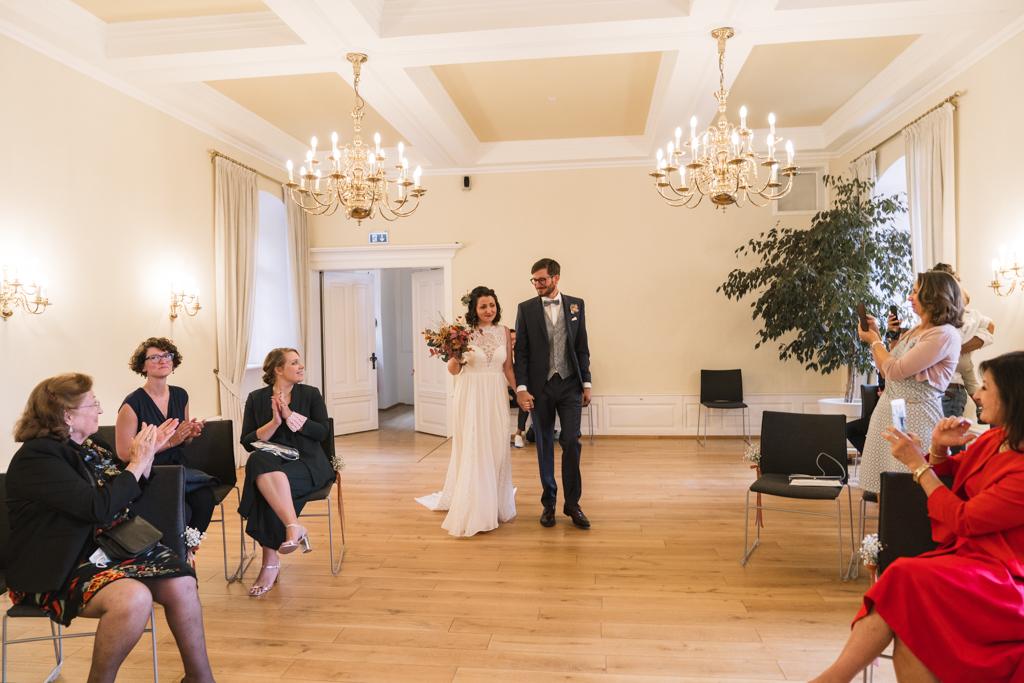 Brautpaar läuft in den Trausaal ein.