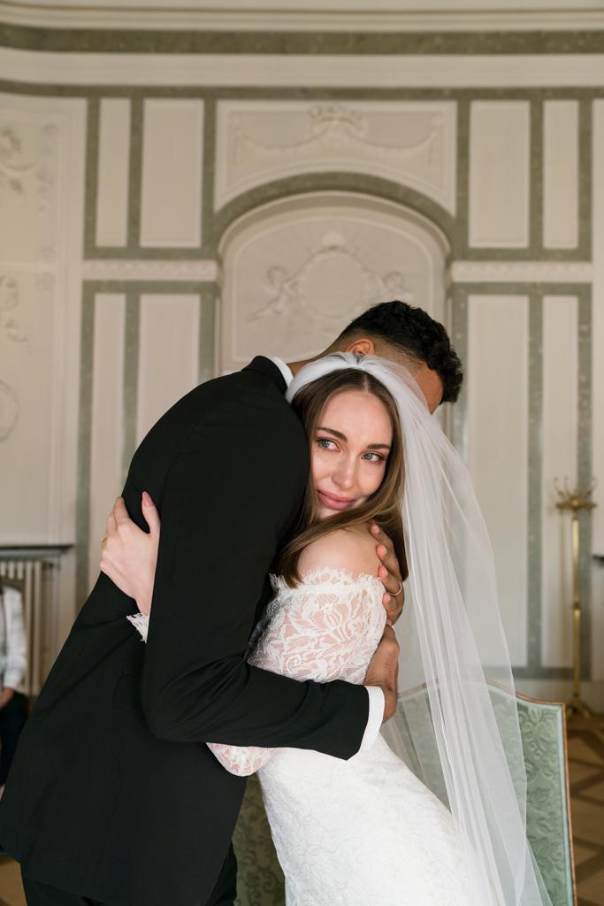 Braut weint während der Hochzeit in den Armen ihres Bräutigams im Standesamt Höchst.