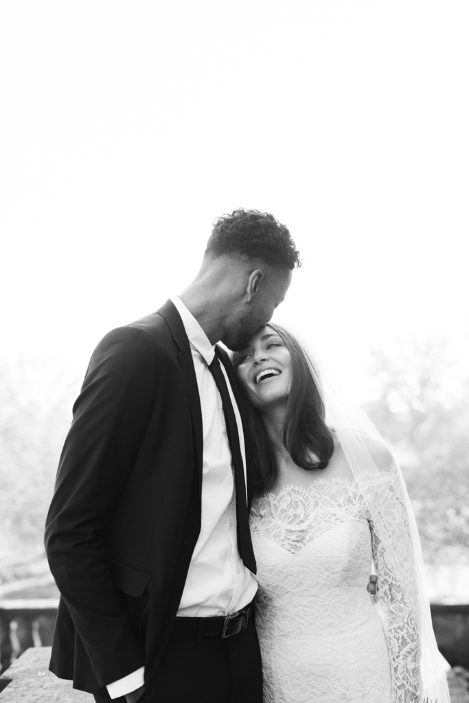 Bräutigam küsst seine Braut auf die Stirn.