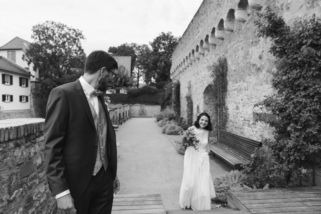 Der First Look, das Brautpaar sieht sich zum ersten Mal vor der Hochzeit.