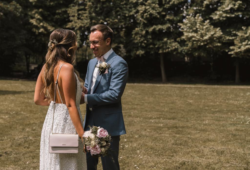 Brautpaar sieht sich zum ersten Mal vor der Hochzeit.