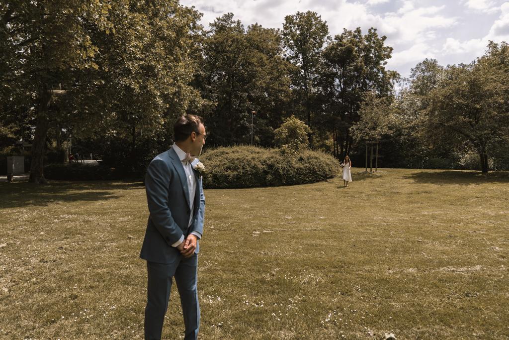 Der Bräutigam sieht zum ersten Mal seine Braut.