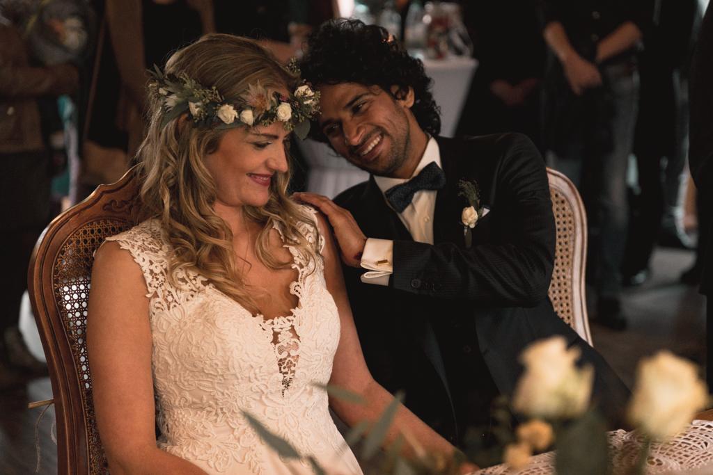 Brautpaar lacht während der Trauung.