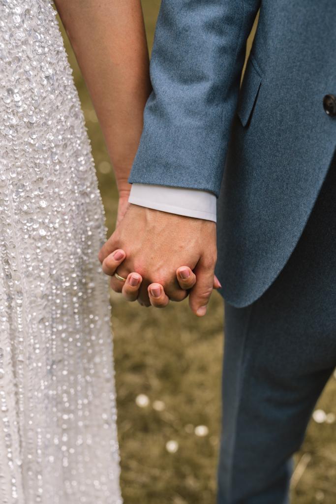 Brautpaar halten Hände im gehen.