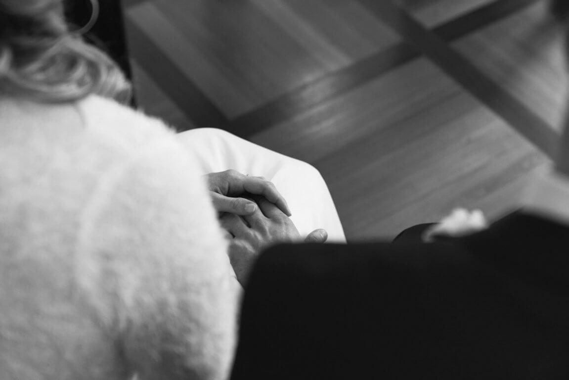 Brautpaar hält Hände standesamtliche Trauung