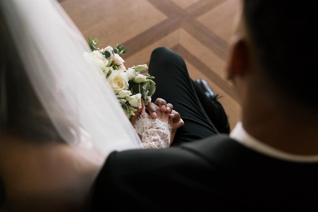 Hände vom Brautpaar während der Hochzeit.