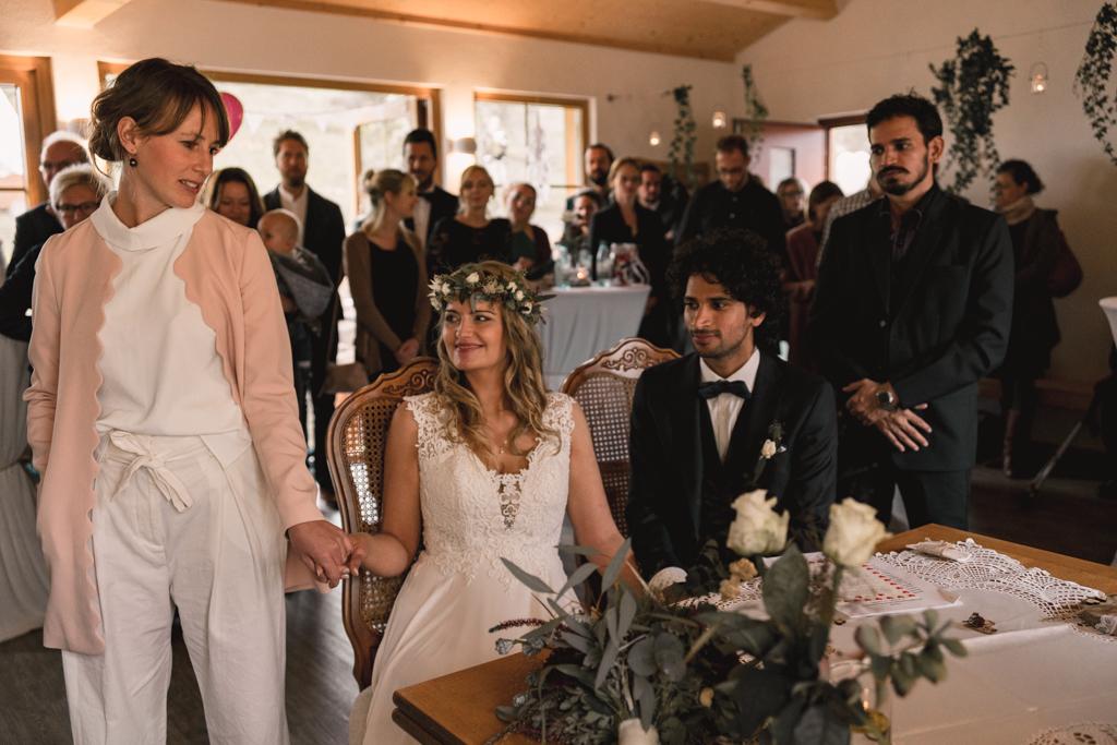 Brautpaar während der Hochzeit, Braut hält die Hand von der Trauzeugin.
