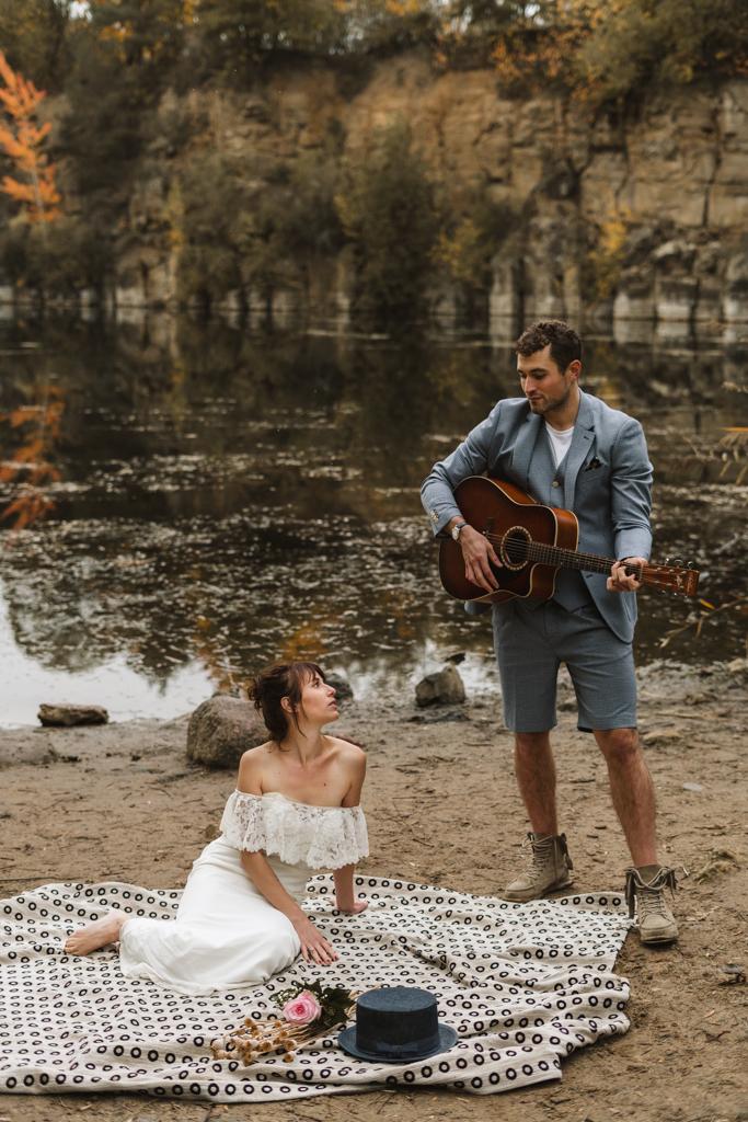 Brautpaarbilder am Grünen See mit Gitarre und Hochzeitspaar.