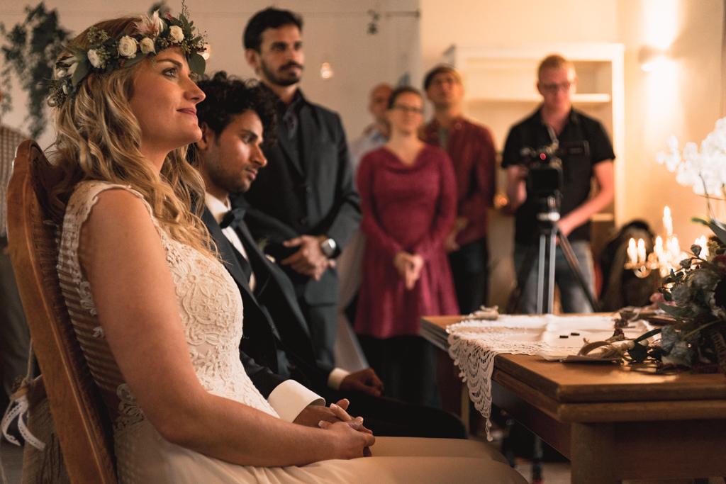 Braut sitzend während der standesamtlichen Trauung.