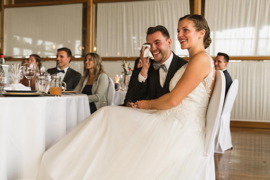 Bräutigam wischt sich die Tränen weg und Braut lacht nach der Hochzeit im Heckers in Gründau.